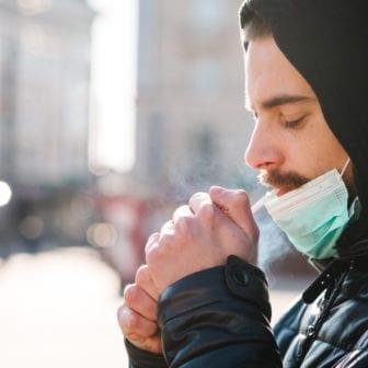 Joven fumando con mascarilla | S. Sobolevsky, Shutterstock
